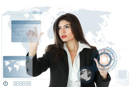 �cran tactile: Jeune femme d'affaires graves de travail sur �cran tactile moderne