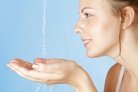 piel: Hermosa joven lavados con agua limpia en la madrugada