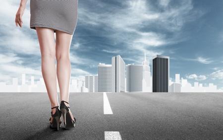 piernas con tacones: Hermosa mujer joven con largas piernas en mini vestido vista posterior contra el paisaje abstracto