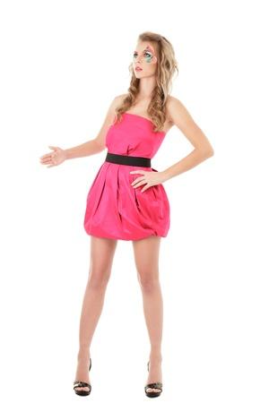 mannequin: Modèle de mode dans la robe mini rose posant comme poupée Banque d'images