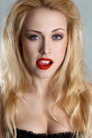 labios sexy: Chica rubia coqueta sac� la lengua Foto de archivo