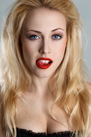 labios sexy: Chica rubia coqueta sacó la lengua Foto de archivo