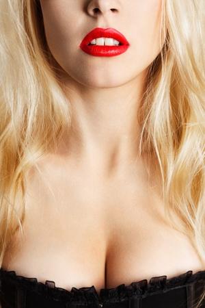 Beautiful breasts: Sexy phụ nữ tóc vàng trẻ với đôi môi đỏ close-up