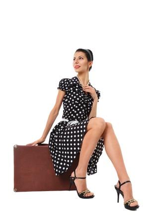 sexy girl sitting: Giovane ragazza sexy seduta sulla valigia vintage stile ritratto retr� Archivio Fotografico