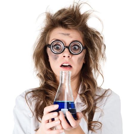 �crazy: Chimico pazza con i capelli arruffati e la fiala in mano