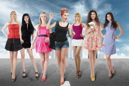 mini falda: Gran grupo de mujeres jóvenes caminando en la calle contra el paisaje urbano abstracto