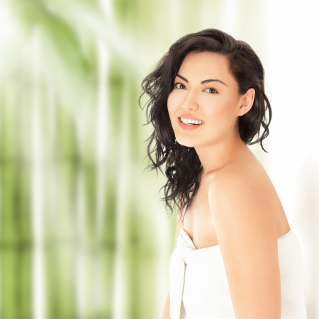 hair spa: Hermosa mujer joven asi�tico en una toalla blanca Foto de archivo