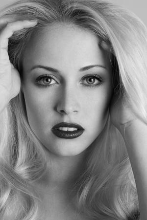 sexy blonde girl: Młoda seksowna blondynka mody czarno-biały portret