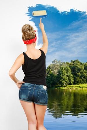 Mladý klasický pin-up žena nástěnné malby s válečkem Reklamní fotografie - 13548410