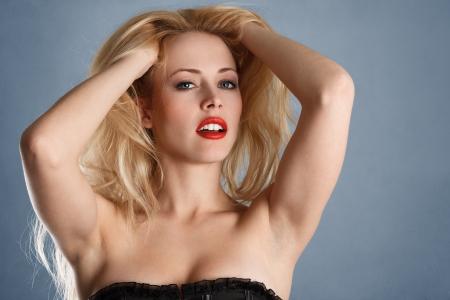 sexy blonde girl: Młoda seksowna blondynka z jasnoczerwony warg mody portret Zdjęcie Seryjne