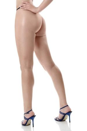 piernas con tacones: Beautiful sexy piernas largas femeninas aisladas sobre fondo blanco
