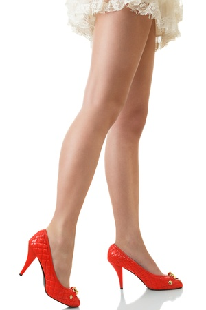 mini skirt: Sexy longues fines jambes f�minines en chaussures rouges isol� sur fond blanc