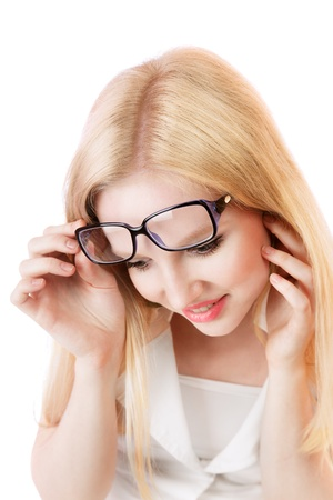 naar beneden kijken: Jonge blonde vrouw naar beneden te kijken verrast geïsoleerd op witte achtergrond