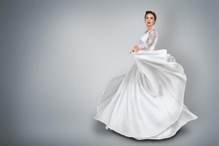 vestido de noche: Feliz joven novia en vestido de boda hermoso largo Foto de archivo