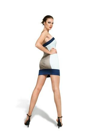 mini falda: Mujer joven en mini vestido de la manera del estilo retrato de estudio sobre fondo blanco
