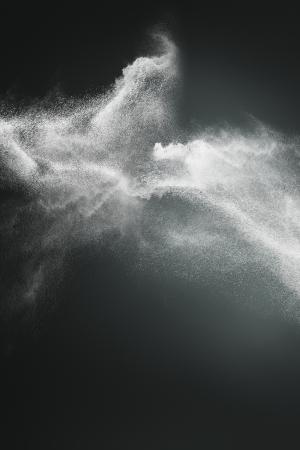 staub: Abstract Design von weißem Pulver Wolke vor einem dunklen Hintergrund Lizenzfreie Bilder