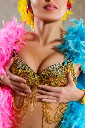 danseuse orientale: Jeune femme dans un costume Samba carnaval sur fond sombre Close-up