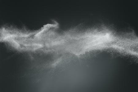 Abstract ontwerp van wit poeder wolk tegen donkere achtergrond Stockfoto