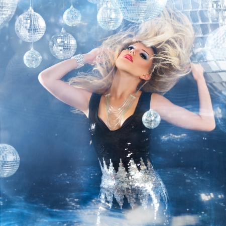 donna che balla: Dancing della giovane donna bionda di notte discoteca. Motion blur