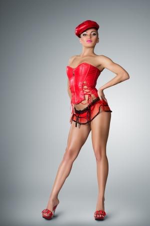 gogo girl: Junge Frau im Stadium Kostüm der Go-go-Tänzerin posiert auf Studio-