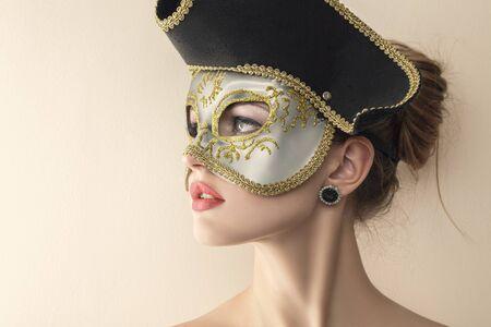 antifaz de carnaval: Joven y bella mujer misteriosa máscara de carnaval veneciano.
