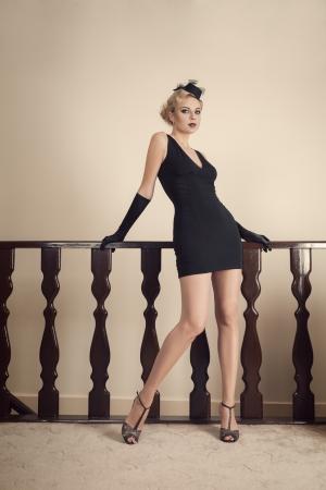 Elegante giovane donna di modo con stile retrò sera make-up e acconciatura Archivio Fotografico - 22339197
