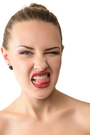sacar la lengua: Mujer hermosa joven que se pega la lengua a aislados sobre fondo blanco