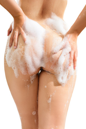 jabon: Mujer joven que se lava el cuerpo con jab�n. Trasero vista de primer plano de la foto aislada en el fondo blanco