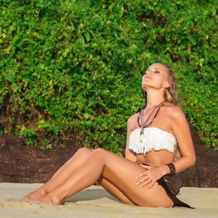 insolaci�n: Mujer joven conseguir tomar el sol.