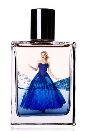fragranza: Modello di modo in un lungo abito di lusso all'interno di una boccetta di profumo