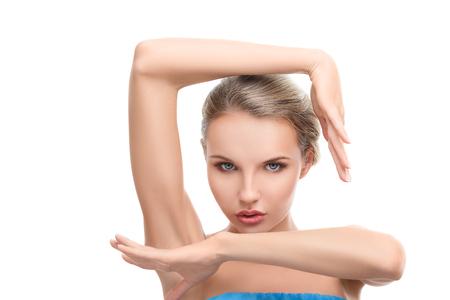 perfil de mujer rostro: Mujer joven con la piel limpia perfecta aisladas sobre fondo blanco Foto de archivo