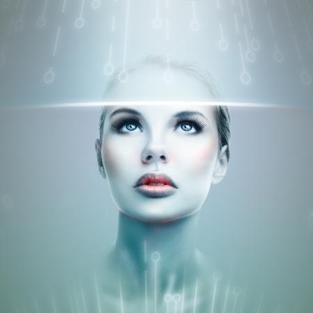 futuristico: Estratto donna futuristica guardando flusso di dati in un display virtuale