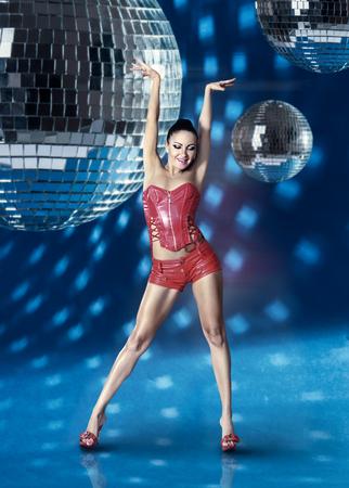 gogo girl: Go-Go-Tänzerin Mädchen mit Disco-Kugeln über blauem Hintergrund