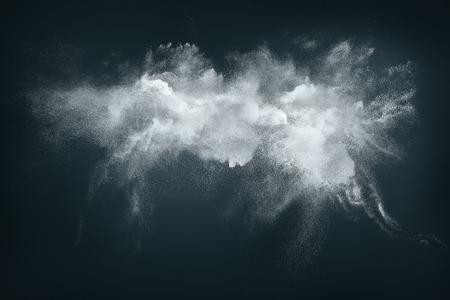 Abstract Design von weißem Pulver Wolke vor einem dunklen Hintergrund