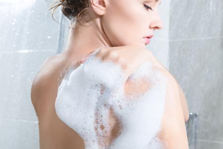 personas banandose: El cuerpo Joven mujer lavando en una ducha. Vista trasera