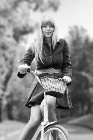 bicicleta retro: Mujer hermosa joven en bicicleta en el parque de otoño