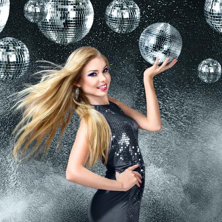 Giovane donna bionda ballare di notte discoteca Archivio Fotografico - 33680901
