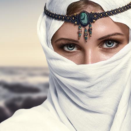 아름 다운 젊은 여자 아랍어 스타일 패션 모양의 초상화 스톡 콘텐츠