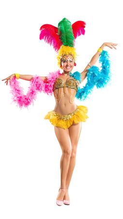 サンバ ダンサーは、伝統的なカーニバル舞台の衣装に孤立した白い背景