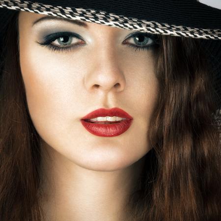 Jonge vrouw in zonnehoed schoonheid portret