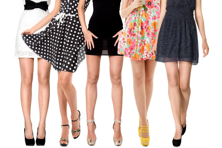 groupe de personne: Longues jambes sexy de groupe de femmes isol�es sur fond blanc