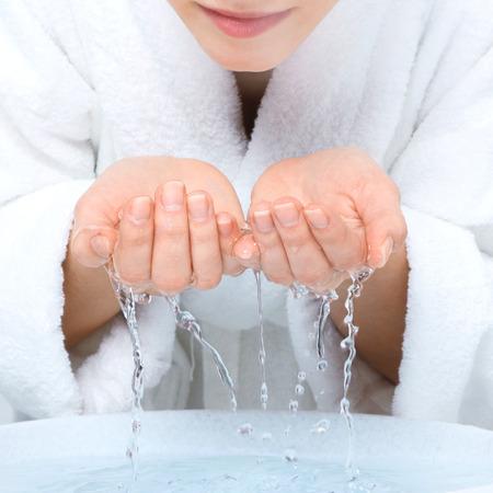 agua: Cara de la mujer joven lavado con agua limpia