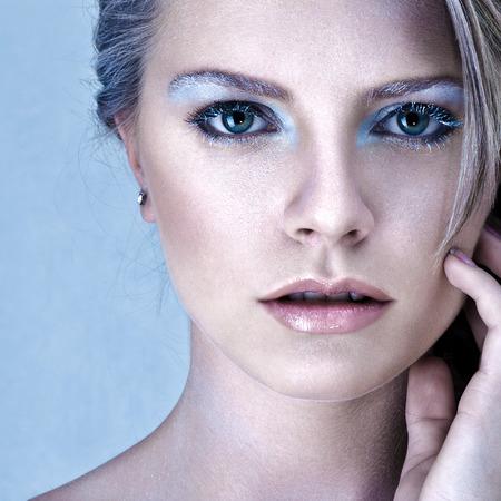 maquillaje de fantasia: Joven y bella mujer rubia con la fantas�a helada maquillaje foto de estudio Foto de archivo