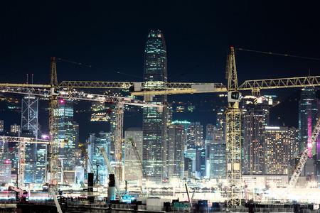 香港でクレーンで工事現場の夜景