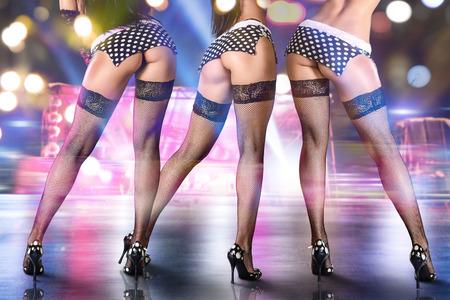 Groep van sexy vrouwen dansen op het podium in nachtclub. Stockfoto