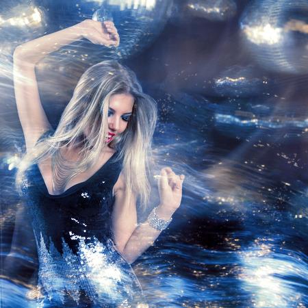 baile moderno: Mujer hermosa joven en la noche discoteca Foto de archivo