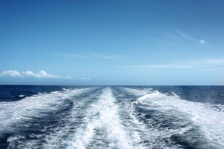 despertarse: Trail en superficie del agua detrás del rápido barco de motor en movimiento Foto de archivo
