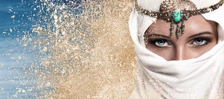 fille arabe: Portrait de la belle jeune femme fashion style arabe regard