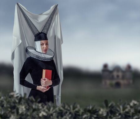 vestido medieval: Forme a la mujer en una ropa de estilo g�tico medieval Foto de archivo