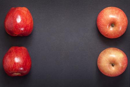 manzana roja: Manzanas frescas rojas sobre fondo gris oscuro con espacio para el texto Foto de archivo